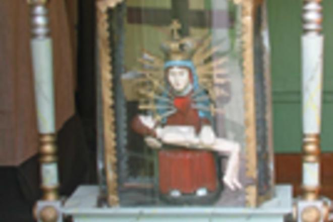 Altorėlis su Pietos skulptūra bei bažnyčios varpas